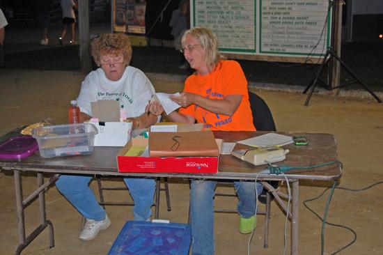 2014-fair-pie-auction-9
