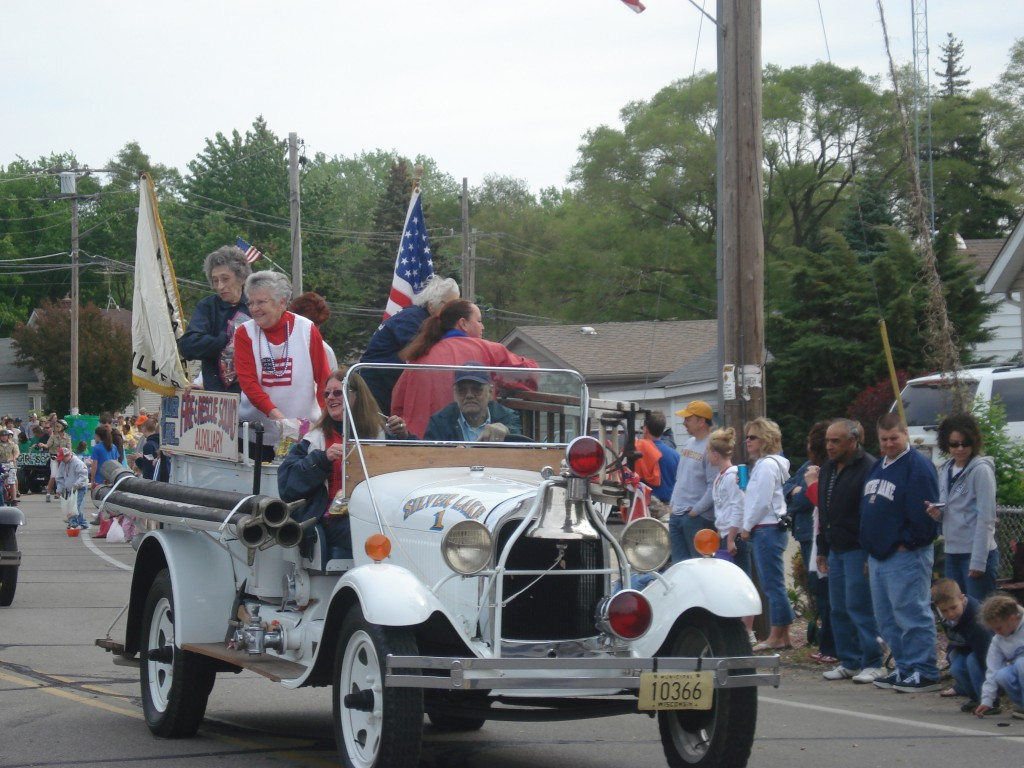 The Silver Lake Fire and Rescue Auxiliary had a vintage ride. Photo by Juddie Brandes