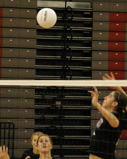 Chelsea Visk ready to complete the kill after receiving the set by Chelsea Neave./David Thoss photo