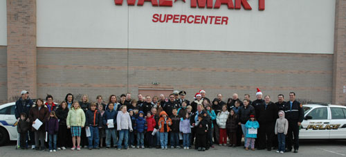 All of the participants in the 2009 Twin Lakes Shop with a Hero gather for a group photo.