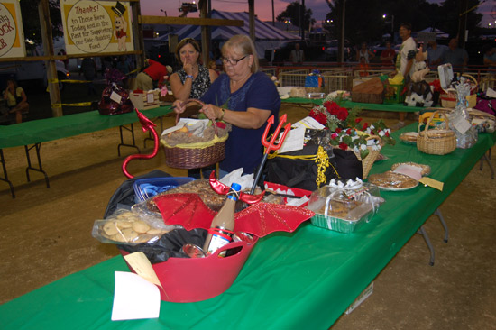 2014-fair-pie-auction-4